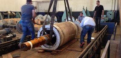 gerador sendo carregado no caminhão - serviço finalizado