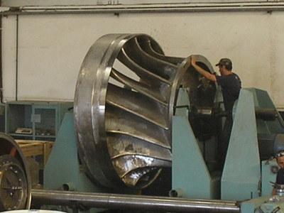 turbina hidrelétrica sendo balanceada